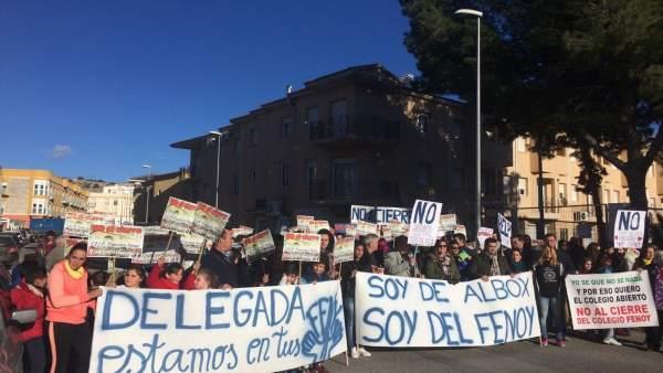 Protesta de la AMPA contra el cierre del centro escolar.