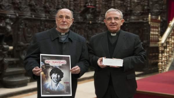 Pérez Moya (dcha.) entrega el cheque a Hinojosa Petit