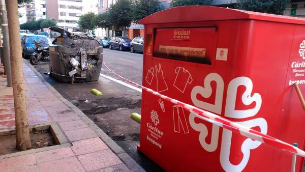Zona de contenedores afectada por los incendios de este jueves en Almería.