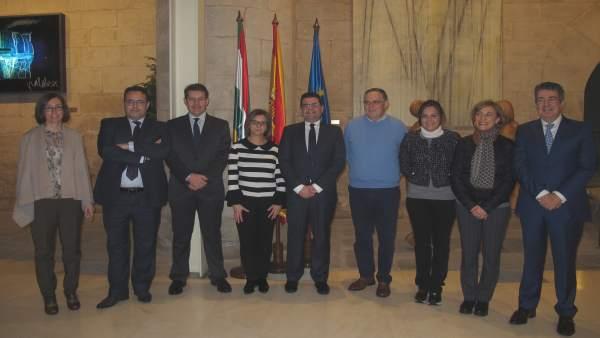 Domínguez, acompañado de cargos de la Consejería, en el Parlamento