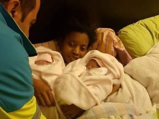 Una mujer da a luz a gemelas