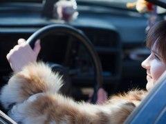 Si conduces con el abrigo puesto, deberías cambiar de hábito