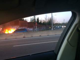 Coche incendiado en la A6