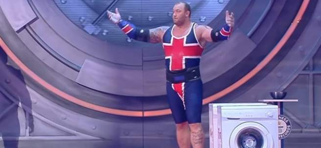 Hafpor Björnssonn compite por el Récord Guiness en lanzamiento de lavadora