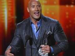 Dwayne Johnson 'hace la peineta' en los People Choice Awards