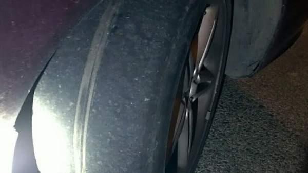 Neumático con el alambre de la rueda a la vista