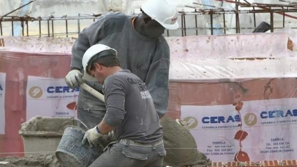 Unos trabajadores extranjeros en la obra