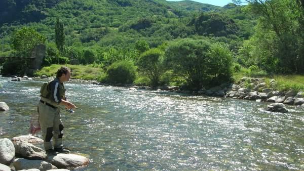 La pesca de la trucha atrae a numerosos pescadores al Pirineo