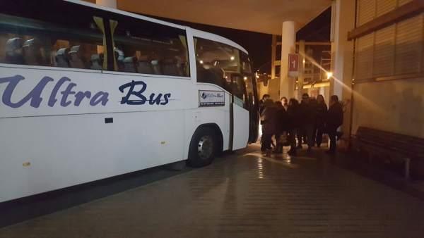 Trasbordo de usuarios de tren a un autobús para finalizar el trayecto