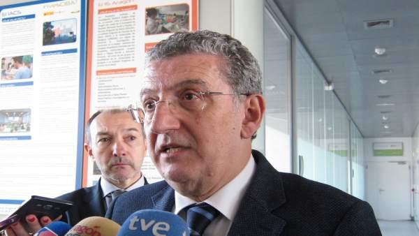 El consejero de Sanidad, Sebastián Celaya, atendiendo a los medios en el CIBA