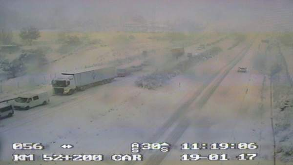 Carretera cortada por nieve, frío, nevada, temporal