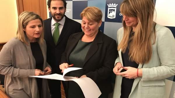 María del Carmen Moreno, con Martín Palop y Pérez en rueda de prensa