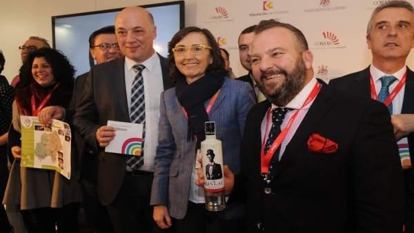 Ruiz (izda.) y la consejera de Cultura de la Junta de Andalucía, en Fitur