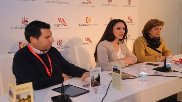 Gómez (centro), durante la presentación en Fitur