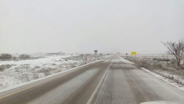 Més de 1.300 vehicles es troben atrapats a les carreteres valencianes per l'onada de fred