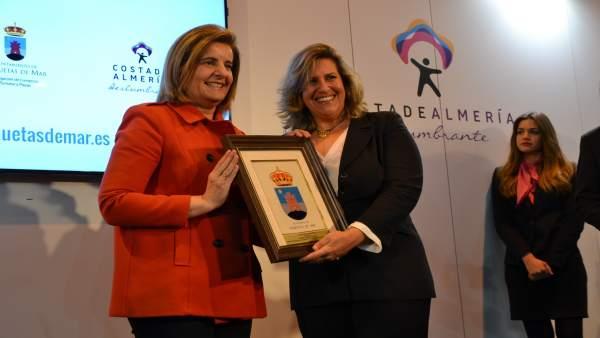 La ministra Fátima Báñez ha entregado un premio 'Castillo de las Roquetas'.