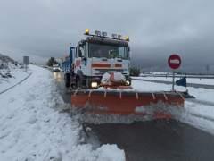 Carreteras cortadas en 15 comunidades y miles de vehículos atrapados por la nieve