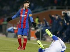 Los jugadores de la Real claman contra el árbitraje ante el Barça
