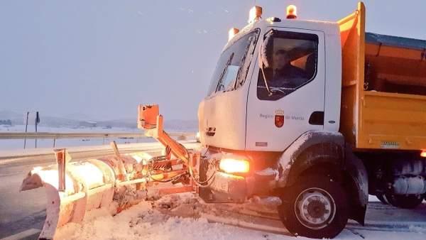 Carretera afectada por la nieve, nevada, frío