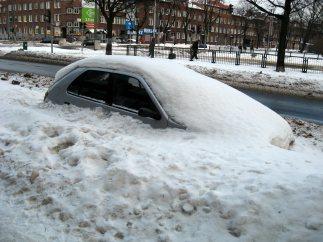 Coche atrapado por la nieve