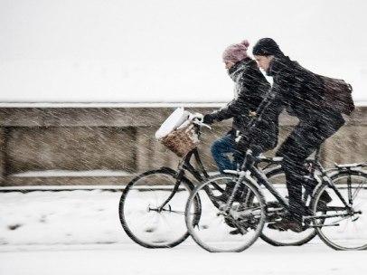 Ciclistas bajo la nieve