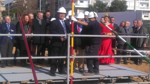 El delegado Juan Carlos Cabrera coloca el primer tubo de la Portada de Feria