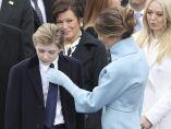 Arreglando el nudo de la corbata
