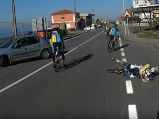 Graban a un conductor que se da a la fuga tras provocar un accidente ciclista