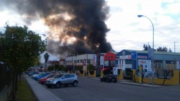 Incendio en una nave del polígono PISA en Mairena del Aljarafe