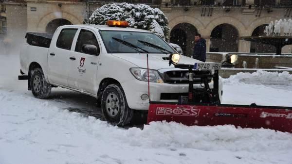 Un vehículo quitanieves trabaja en la ciudad de Teruel