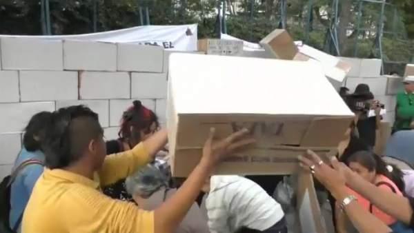 Mexicanos levantan un muro frente a la embajada de EEUU en México