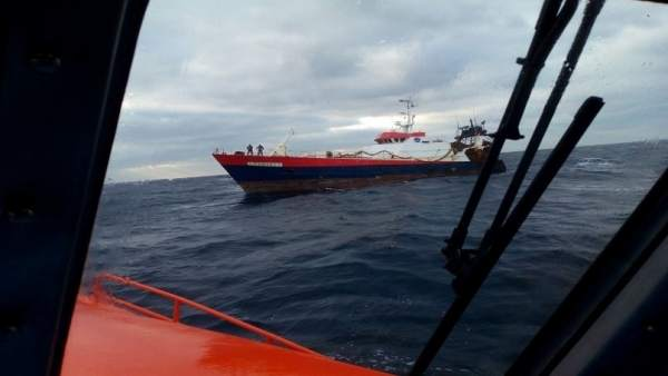 Salvamento Marítimo remolca a Ferrol el pesquero Claude Moinier II.