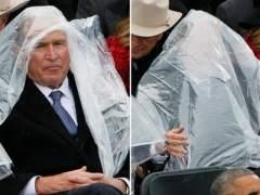Bush roba protagonismo a Trump por no saber ponerse un chubasquero en su investidura