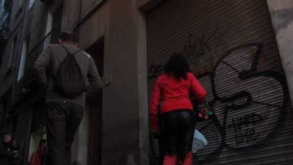 Prostitución en la calle Robadors, en el barrio del Raval de Barcelona.