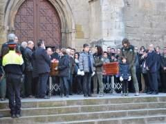 Carles Puigdemont asiste al funeral de los agentes rurales asesinados en Aspa