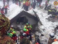 Hallan otros cinco cuerpos en el hotel italiano sepultado por un alud