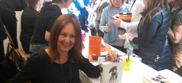 María Dueñas firma para sus lectores en Sant Jordi.