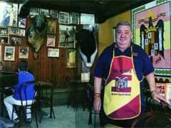 El hijo del dueño de Casa Pepe retira la placa franquista en homenaje a su padre