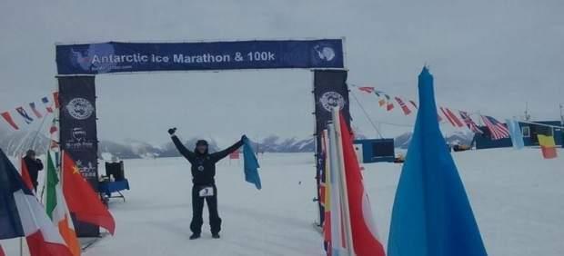 Fernando González, al llegar a meta en la 'Antartic Ice 100K'.