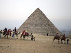 Descubren restos del templo faraónico de Ramsés II cerca de las pirámides de Guiza
