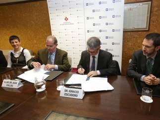 El alcalde de Sant Adrià, Joan Callau, y el director general de Aigües de Barcelona, Ignacio Escudero, firmando el protocolo para afrontar la emergencia en el ámbito de la pobreza energética.