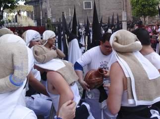 Costaleros de la Semana Santa de Sevilla