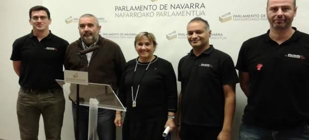 Miembros de IE con representantes de la asociación del ABC que salva vidas.