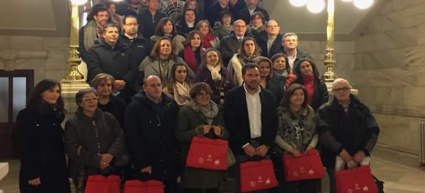 Foto de familia del acto de entrega de las 'Mochilas Viajeras'