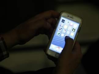 Una persona con un iphone