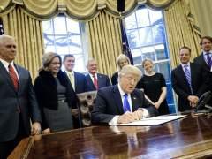 EE UU firma dos órdenes que aumentarían los migrantes en riesgo de ser deportados