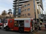 Los bomberos trabajan en la extinción de un incendio que se ha desatado en un restaurante cercano a la Torre Mapfre de Barcelona.