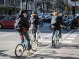 Tres Ciclistas En Un Carril Bici De Barcelona