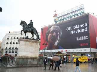 Cartel de la película Narcos en la Puerta del Sol de Madrid