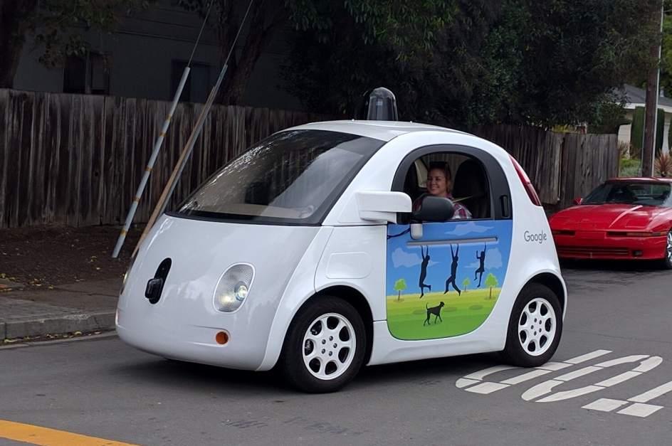 Waymo, la compañía de Google para desarrollo del coche autónomo. Google (Alphabet) lanzó su unidad automovilística independiente, Waymo, en diciembre de 2016.